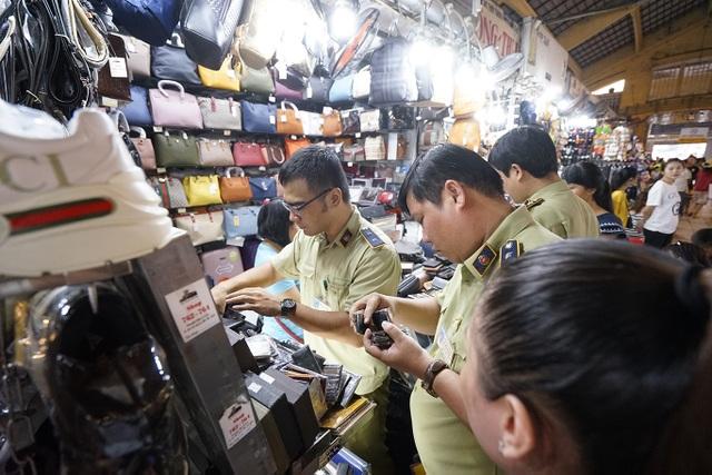 Thu giữ hàng ngàn sản phẩm nhái hàng hiệu tại chợ Bến Thành và Sài Gòn Square - 1