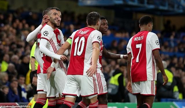Chelsea 4-4 Ajax: Bước ngoặt ở hai tấm thẻ đỏ - 3