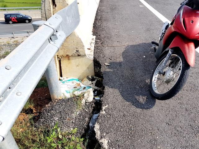 Đường dẫn qua cầu vượt cao tốc Đà Nẵng – Quảng Ngãi bị sụt lún, nứt toát