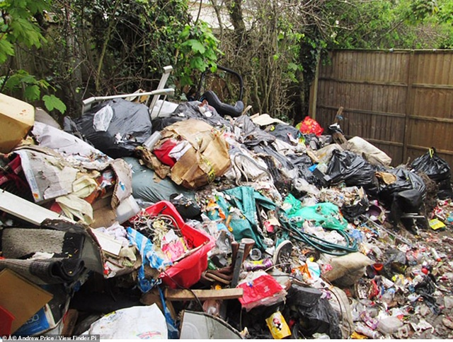 """Kinh hoàng ngôi nhà với """"bộ sưu tập"""" rác thải chất đống hàng tháng trời - 2"""