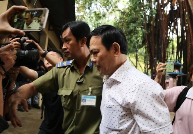 Bị cáo Nguyễn Hữu Linh được che chắn khi tới tòa - 1