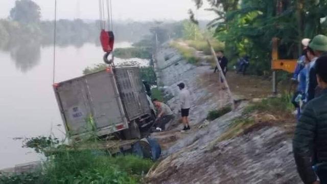 Bị ô tô đè chết khi đang ở... trên sông - 1