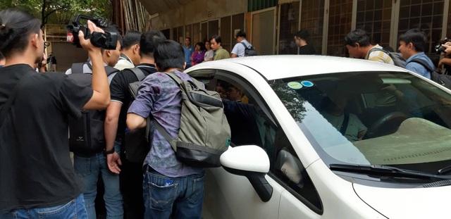 Bị cáo Nguyễn Hữu Linh được che chắn khi tới tòa - 5