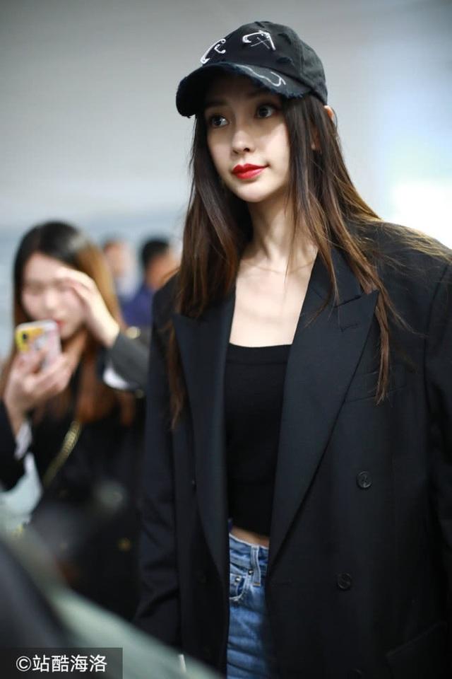 Angelababy xinh đẹp sải bước sau khi bị chỉ trích vì hút thuốc nơi công cộng - 4