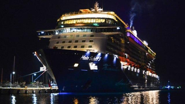 Cặp đôi đâm đơn kiện vì bị đuổi khỏi du thuyền giữa lúc đang hành sự