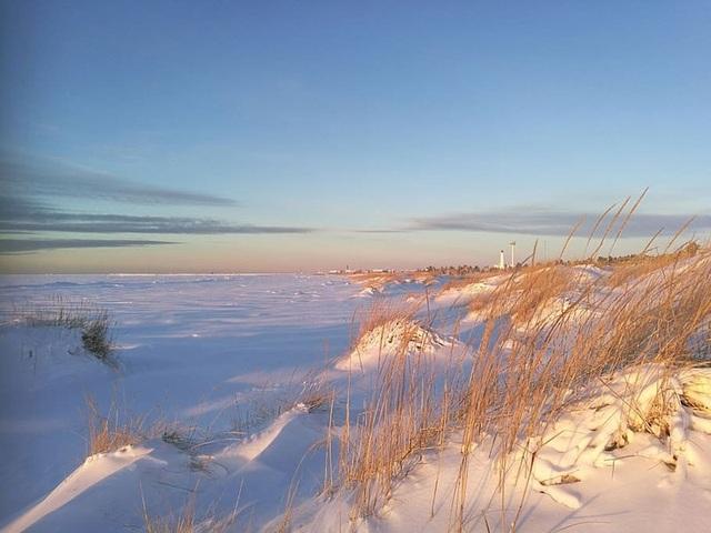 """Hàng nghìn viên cầu băng như """"trân châu"""" phủ kín bãi biển - 2"""