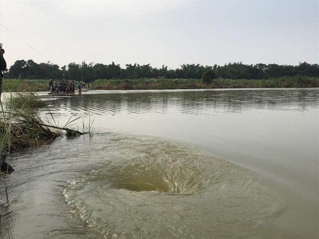 Xã cấm đò, người mẹ trẻ tử nạn khi cố vượt sông thăm con - 2