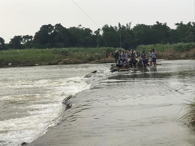 Xã cấm đò, người mẹ trẻ tử nạn khi cố vượt sông thăm con - 3