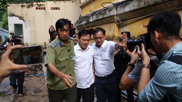 Bị cáo Nguyễn Hữu Linh được che chắn khi tới tòa - 4