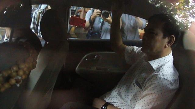 Bị cáo Nguyễn Hữu Linh được che chắn khi tới tòa - 3