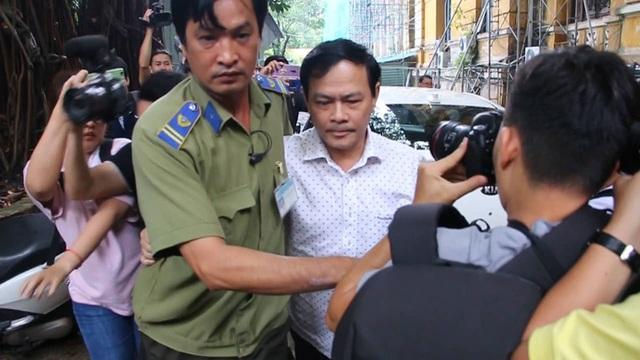 Bị cáo Nguyễn Hữu Linh được che chắn khi tới tòa - 2