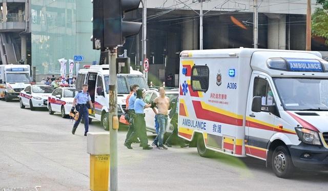 Nghị sĩ Hong Kong bị đâm dao giữa ban ngày - 3