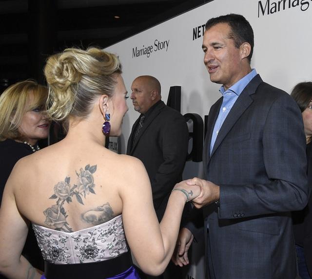Scarlett Johansson liên tục khoe hình xăm khủng - 1