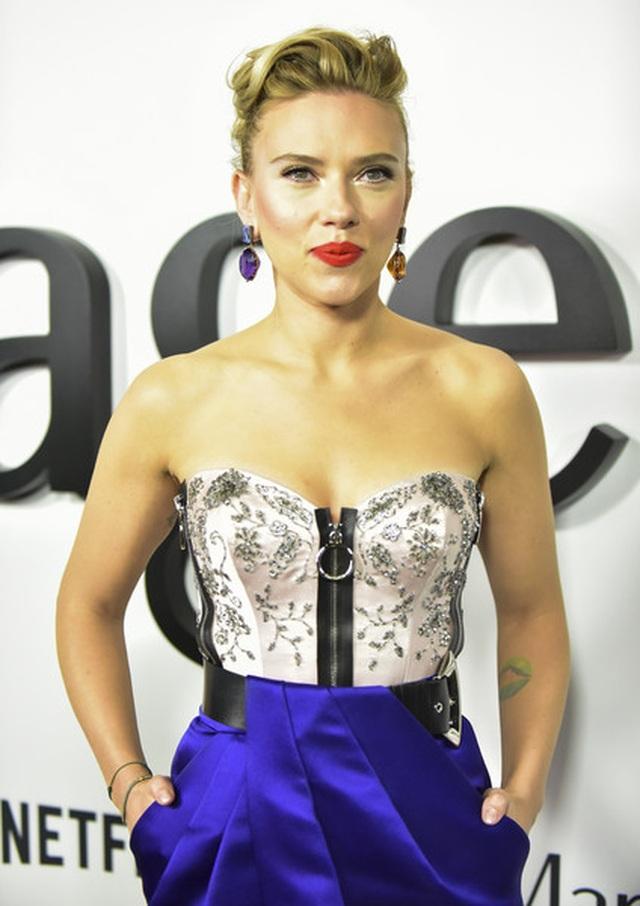 Scarlett Johansson liên tục khoe hình xăm khủng - 3