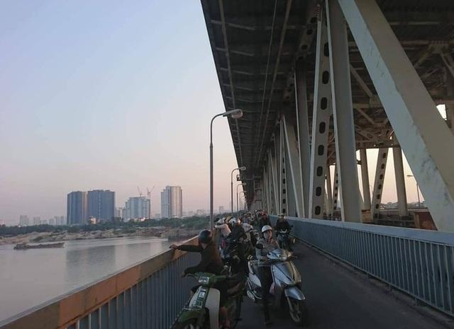 Người đàn ông dừng xe giữa cầu Thăng Long, nhảy sông Hồng tự tử - 2
