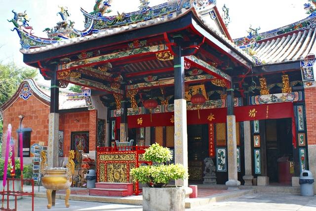 Ngôi đền linh thiêng toàn rắn độc bò lổm ngổm tứ phía - 1