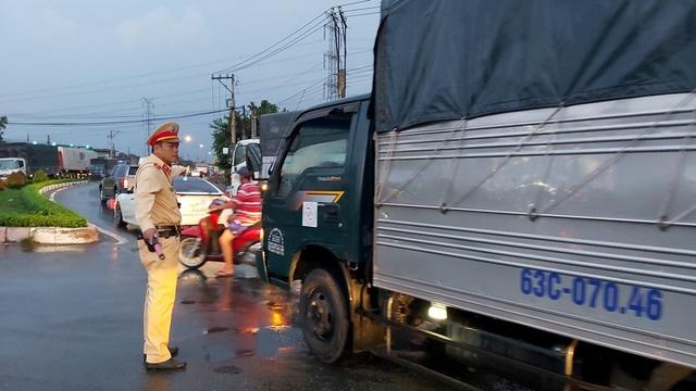 Xe tải chở dưa hấu lật ngang trên cao tốc TPHCM – Trung Lương - 2