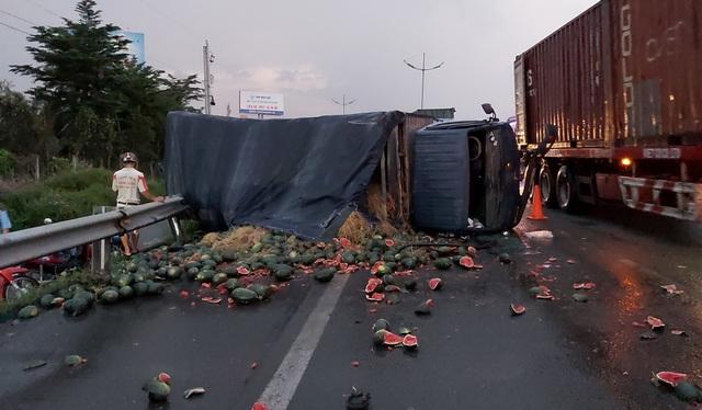 Xe tải chở dưa hấu lật ngang trên cao tốc TPHCM – Trung Lương - 1
