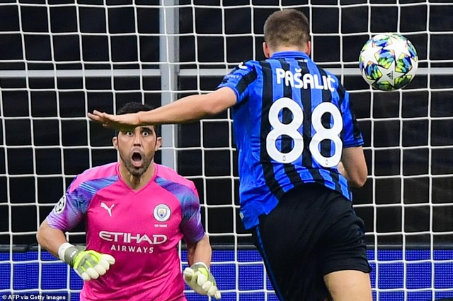 Atalanta 1-1 Man City: Jesus đá hỏng phạt đền, Bravo nhận thẻ đỏ - 2