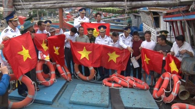 Cảnh sát biển tặng quà động viên ngư dân khó khăn tại Quảng Bình - 2