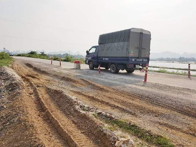"""Đê chống lũ mới sửa chữa cả trăm tỷ đồng đã """"nứt toác"""" - 4"""