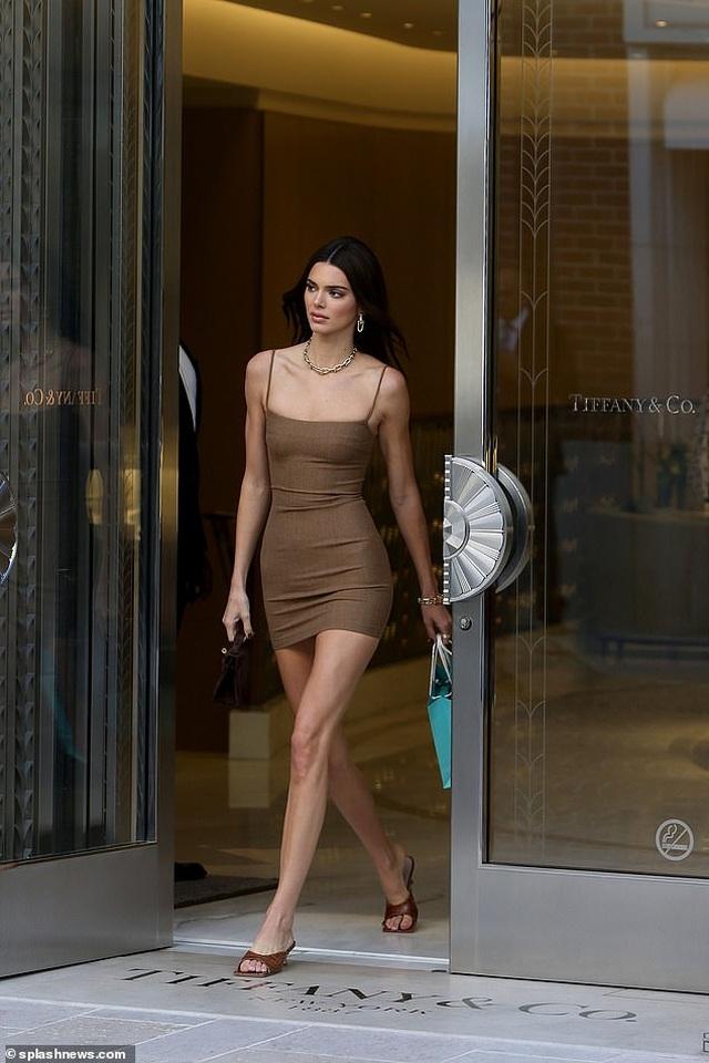 Kendall Jenner diện váy siêu ngắn khoe dáng thanh mảnh - 1