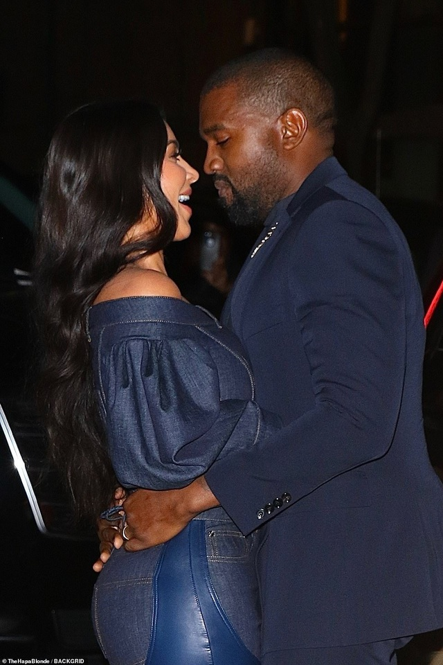 Kim Kardashian diện đồ Jeans lạ mắt khoe dáng nảy nở - 11