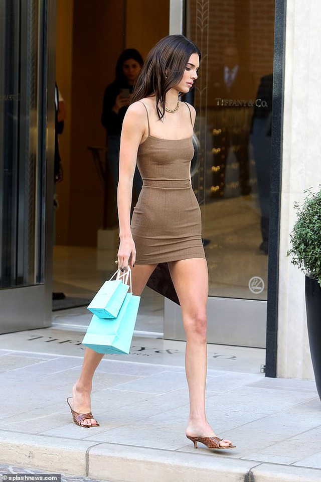 Kendall Jenner diện váy siêu ngắn khoe dáng thanh mảnh - 2