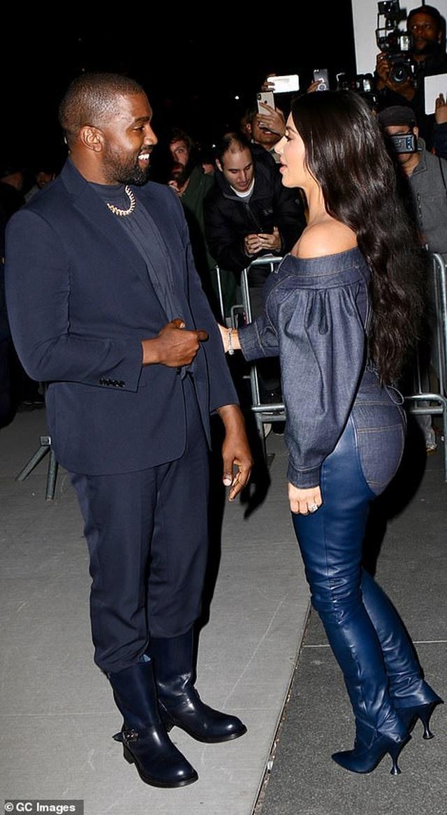 Kim Kardashian diện đồ Jeans lạ mắt khoe dáng nảy nở - 12