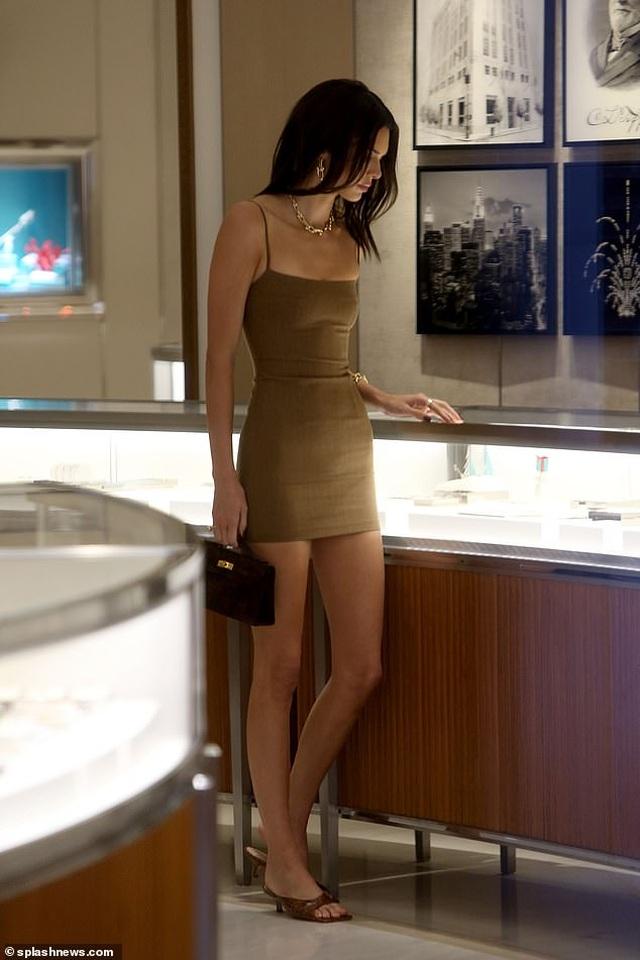 Kendall Jenner diện váy siêu ngắn khoe dáng thanh mảnh - 4