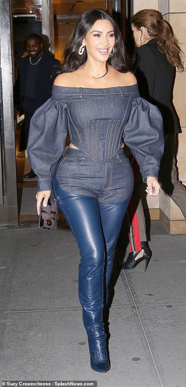Kim Kardashian diện đồ Jeans lạ mắt khoe dáng nảy nở - 10