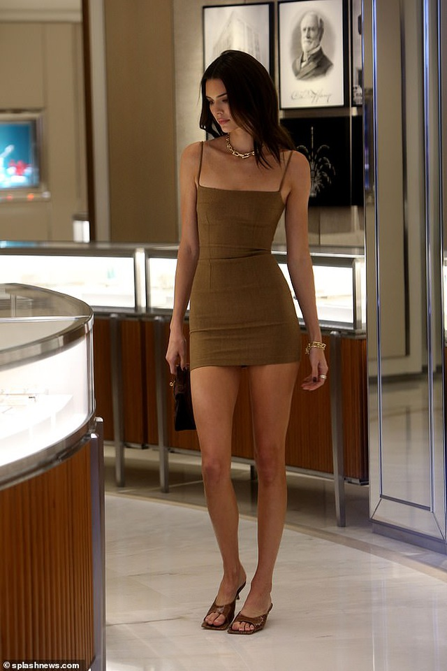 Kendall Jenner diện váy siêu ngắn khoe dáng thanh mảnh - 6