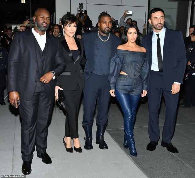 Kim Kardashian diện đồ Jeans lạ mắt khoe dáng nảy nở - 5