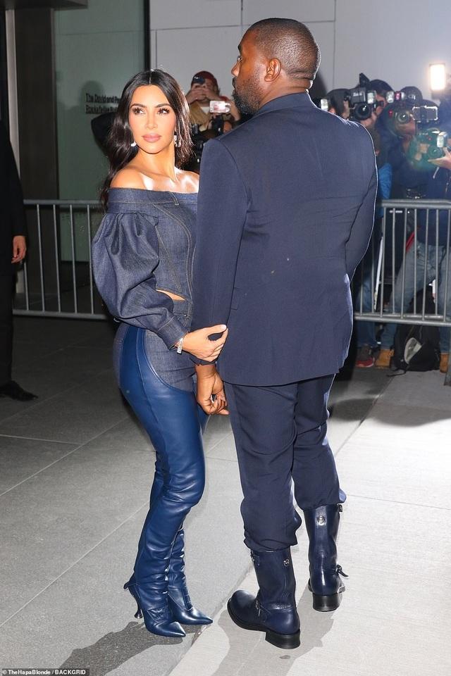 Kim Kardashian diện đồ Jeans lạ mắt khoe dáng nảy nở - 3