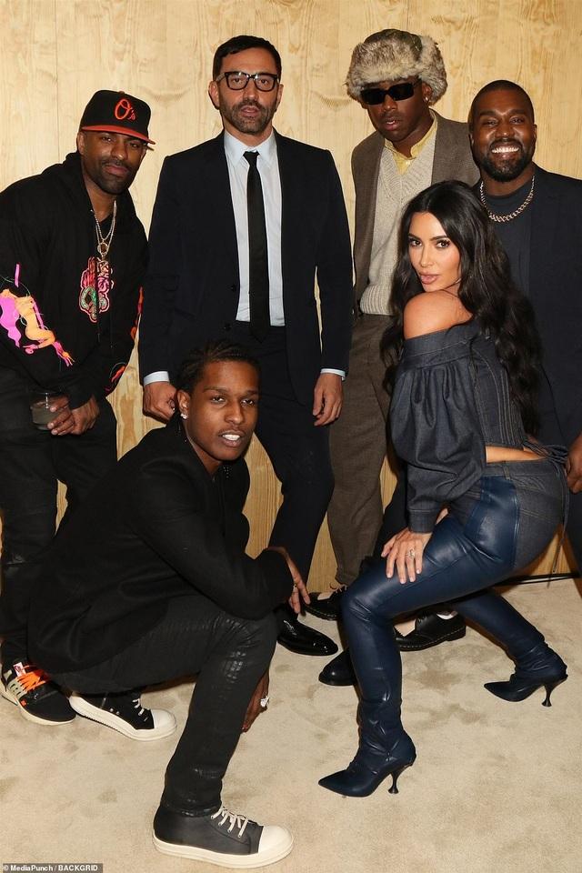 Kim Kardashian diện đồ Jeans lạ mắt khoe dáng nảy nở - 4