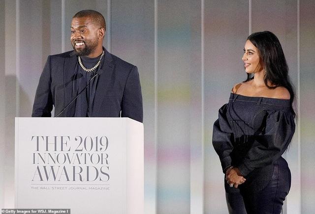 Kim Kardashian diện đồ Jeans lạ mắt khoe dáng nảy nở - 15