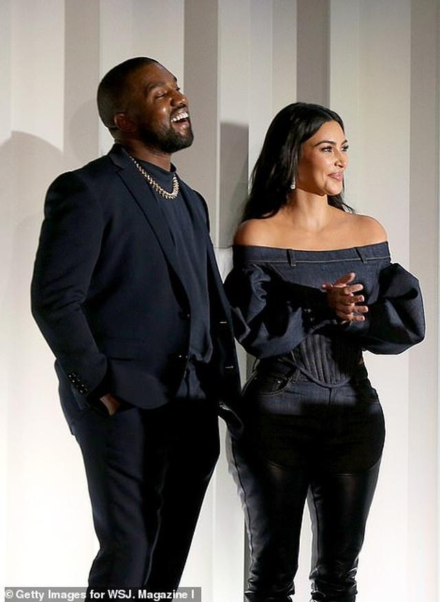 Kim Kardashian diện đồ Jeans lạ mắt khoe dáng nảy nở - 14