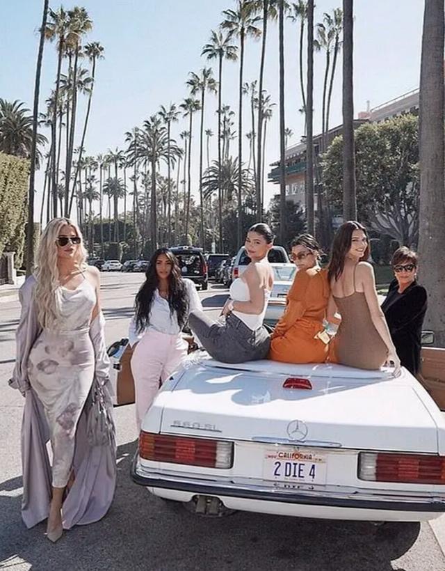 Kendall Jenner diện váy siêu ngắn khoe dáng thanh mảnh - 8