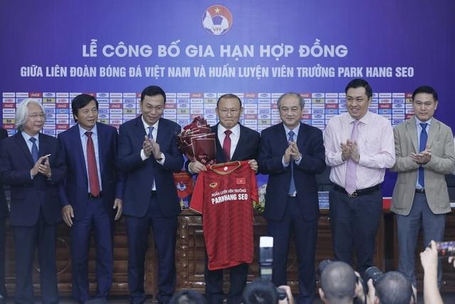 HLV Park Hang Seo chia sẻ xúc động trong ngày gia hạn hợp đồng với VFF - 3