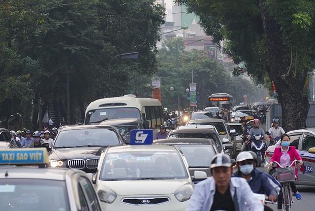 Hà Nội: Rào cứng nửa đường Kim Mã, giao thông căng thẳng - 9