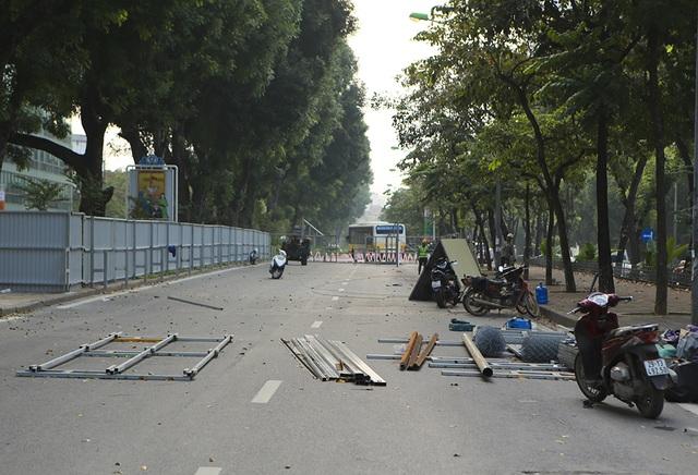 Hà Nội: Rào cứng nửa đường Kim Mã, giao thông căng thẳng - 2