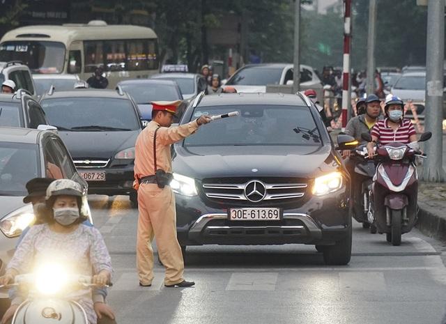 Hà Nội: Rào cứng nửa đường Kim Mã, giao thông căng thẳng - 7