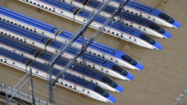 """Nhật Bản thẳng tay loại 10 tàu cao tốc Shinkansen """"bơi"""" trong nước lụt - 1"""