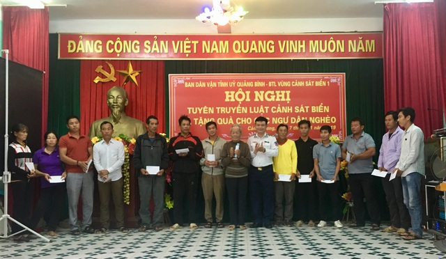 Cảnh sát biển tặng quà động viên ngư dân khó khăn tại Quảng Bình - 1