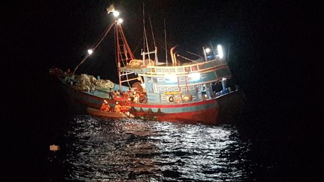 Cấp cứu thuyền viên bị tai nạn lao động đứt lìa bàn chân phải trên vùng biển Hoàng Sa - 1
