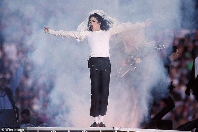 """Đôi tất Michael Jackson sử dụng khi biểu diễn vũ điệu """"moonwalk"""" có giá 2 triệu USD - 2"""