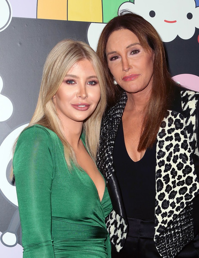 Bố dượng chuyển giới của Kim Kardashian đưa bạn gái dự sự kiện - 2