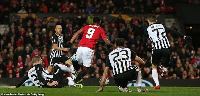 Hàng công thăng hoa, Man Utd giành vé đi tiếp sớm - Ảnh minh hoạ 3