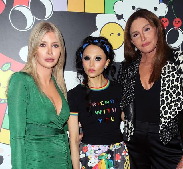Bố dượng chuyển giới của Kim Kardashian đưa bạn gái dự sự kiện - 3
