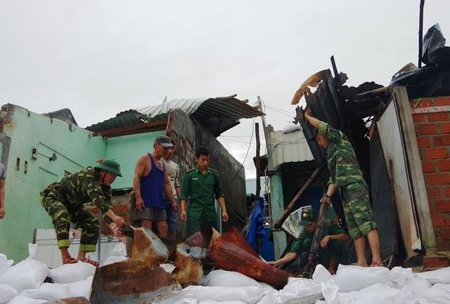 Đang tan hoang sau bão số 5, làng chài lại cuống cuồng chạy bão số 6 - 1
